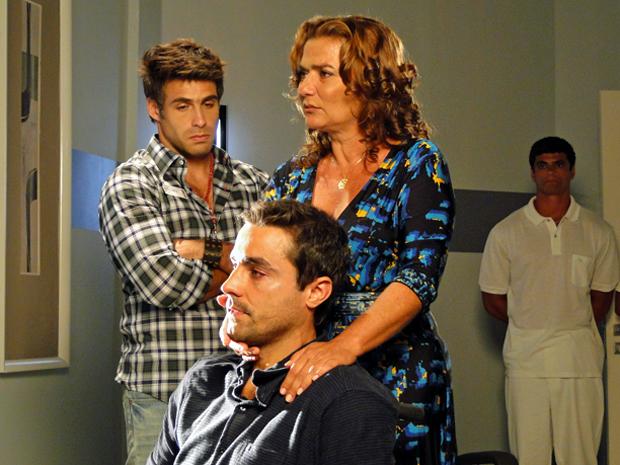 Amália tenta incentivar Vicente (Foto: Aquele Beijo/TV Globo)