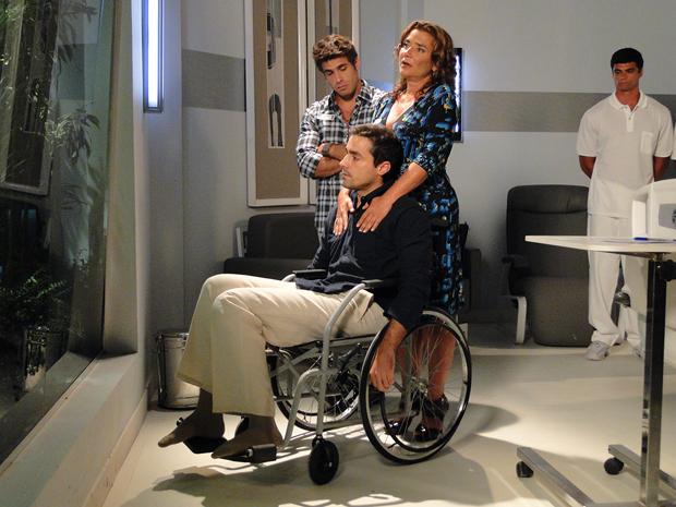 Vicente fica deprimido depois de se ver na cadeira de rodas (Foto: Aquele Beijo/TV Globo)