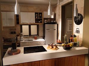 Cozinha estilo americana do apartamento de Vicente (Foto: Aquele Beijo/TV Globo)