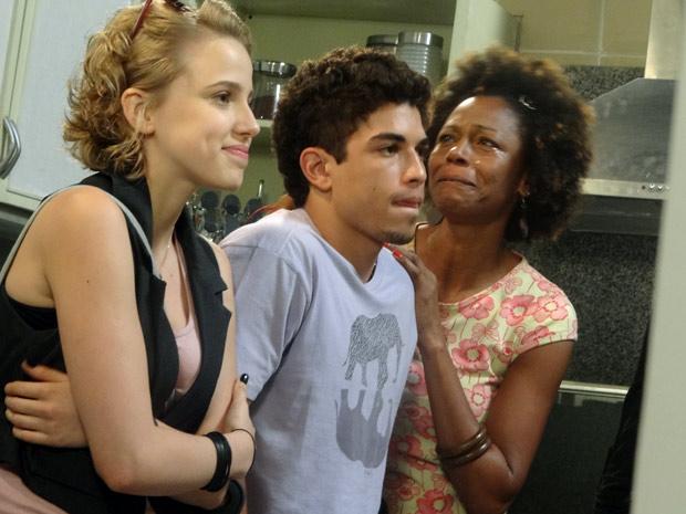 Jefferson recebe carinho da mãe ao saber da novidade (Foto: Malhação / TV Globo)