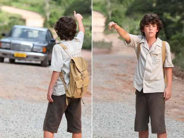 Carlos pede carona a carro em que estão Verbena e Augusto (Foto: Amor Eterno Amor/TV Globo)
