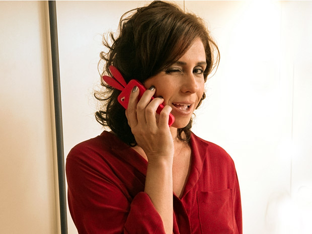 Giovanna Antonelli mostra a capinha de coelho do seu celular (Foto: Aquele Beijo/TV Globo)