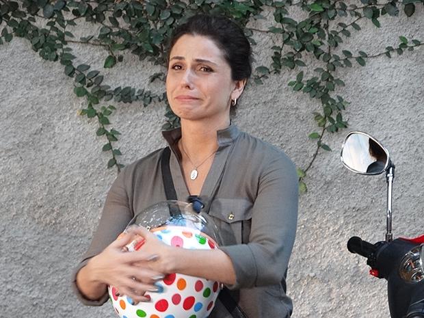 Claudia chora ao ver Vicente de cadeira de rodas (Foto: Aquele Beijo/TV Globo)