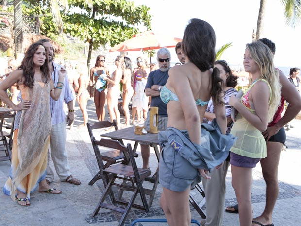 Atores encenam o momento em que Deborah chega para se inscrever em concurso de beleza (Foto: Fina Estampa / TV Globo)