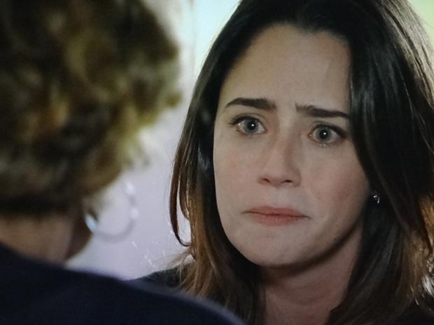 Ana conta a Eva sobre o estado grave de Júlia (Foto: A Vida da Gente / TV Globo)