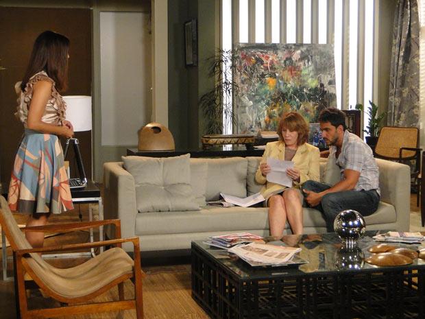 Danielle lê intimação na frente de Glória e Enzo (Foto: Fina Estampa / TV Globo)