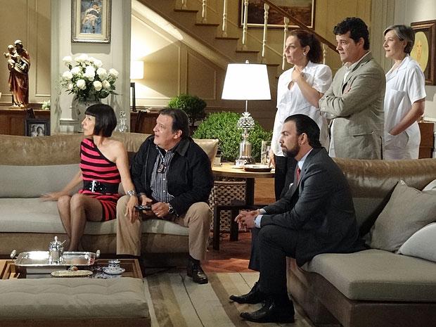 Melissa fica furiosa ao ver a irmã sendo entrevistada na televisão (Foto: Amor Eterno Amor/TV Globo)