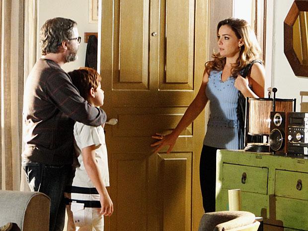 Cris não tem alternativa e pede para o escritor ficar com Tiago (Foto: A Vida da Gente/TV Globo)