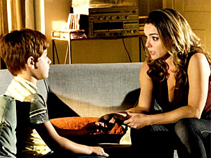 Cris se despede de Tiago, que vai morar com o pai biológico, Lourenço (A Vida da Gente/TV Globo)