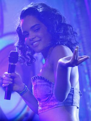 Sol arrasa no palco ao gravar seu primeiro clipe (Foto: Fina Estampa/TV Globo)