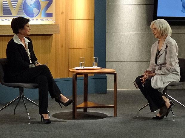 Verbena vai escondida até um programa de televisão falar sobre o filho (Foto: Amor Eterno Amor/TV Globo)