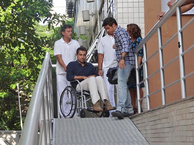 Vicente tem alta do hospital (Foto: Aquele Beijo/TV Globo)