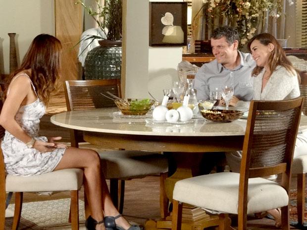 Alice fica radiante com a decisão dos pais de reatarem (Foto: A Vida da Gente / TV Globo)