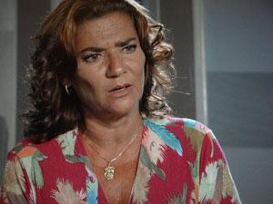 Amália fica indignada (Foto: Aquele Beijo/TV Globo)