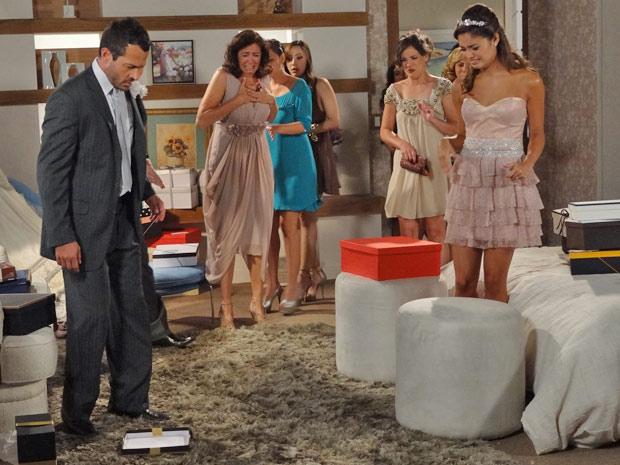 Amália fica chocada ao ver o rato que estava dentro de um embrulho (Foto: Fina Estampa/TV Globo)