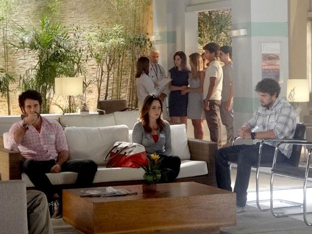 Ana e Rodrigo não conseguem esconder a preocupação (Foto: A Vida da Gente / TV Globo)