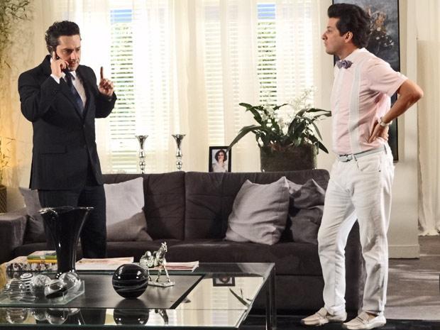 Baltazar recebe ligação de Solange, e Crô quer saber o que aconteceu (Foto: Fina Estampa/TV Globo)