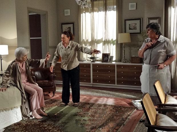 Verbena não deixa Teresa e Deolinda avisarem Gabriel sobre o desmaio (Foto: Amor Eterno Amor/TV Globo)
