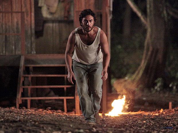 Carlos sai de sua cabana e consegue acalmar a onça (Foto: Amor Eterno Amor/TV Globo)