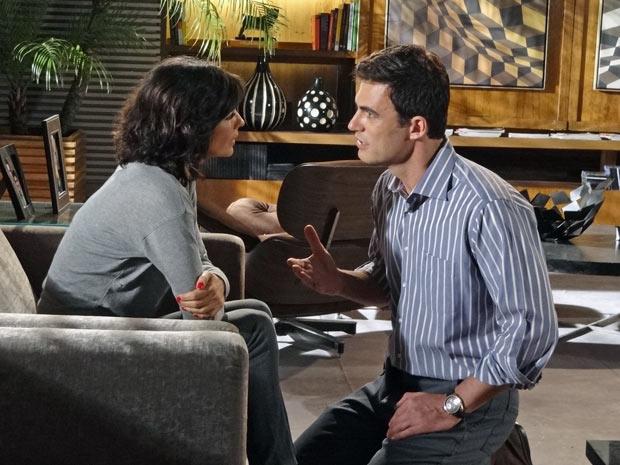 Juan diz a Chiara que ela tem chances de sobreviver (Foto: Fina Estampa/ TV Globo)