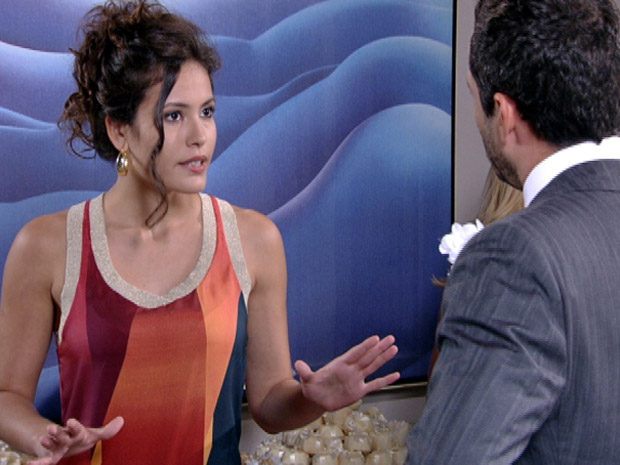Deborah diz para Quinzé que ele ainda vai voltar para Teodora (Foto: Fina Estampa/TV Globo)