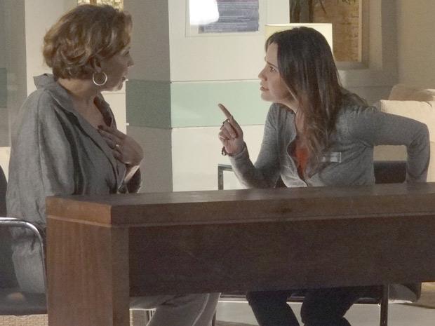 Ana afirma que não falará mais com Eva caso ela continue renegando Manuela (Foto: A Vida da Gente / TV Globo)