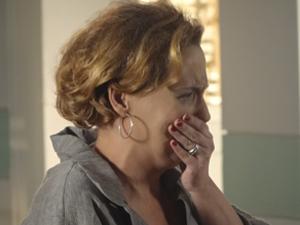 Eva fica chorando após discussão com Ana (Foto: A Vida da Gente / TV Globo)