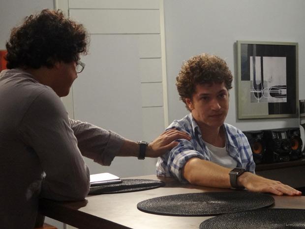 Gabriel não quer assessorar Kiko, mas Fabiano tenta convencê-lo (Foto: Malhação / TV Globo)