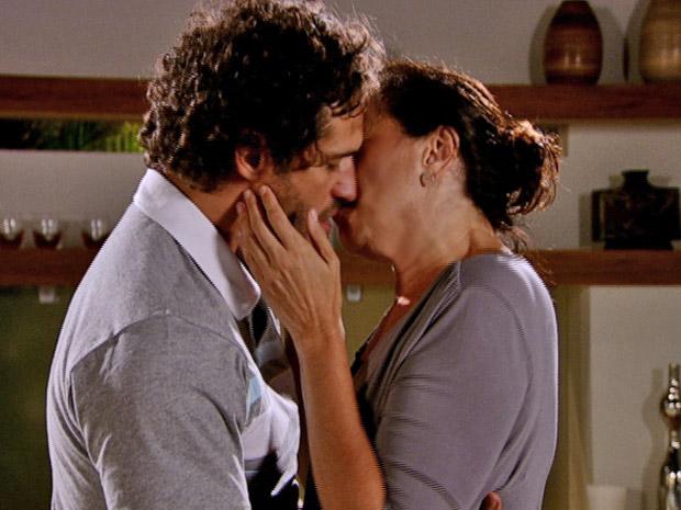 O português esquece Esther e beija sua amada (Foto: Fina Estampa/TV Globo)