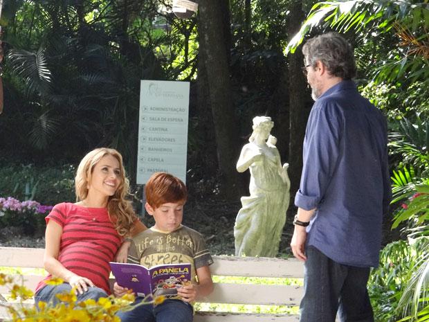 O escritor se emociona ao ver seus dois amores juntos (Foto: A Vida da Gente / TV Globo)