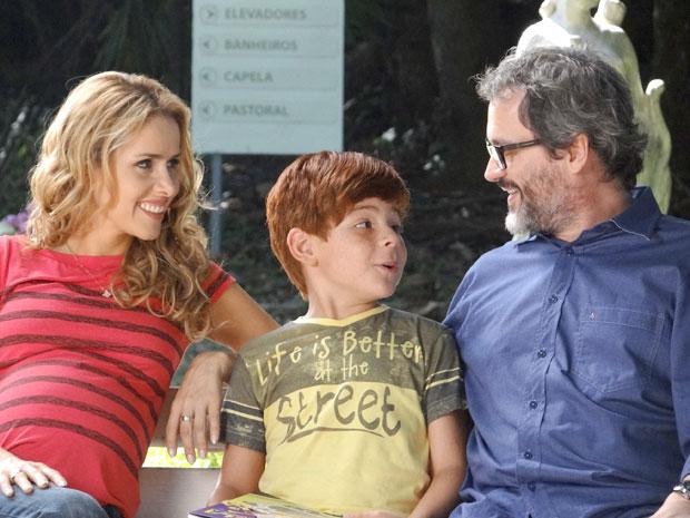 Lourenço, Celina e Tiago parecem até uma família (Foto: A Vida da Gente / TV Globo)
