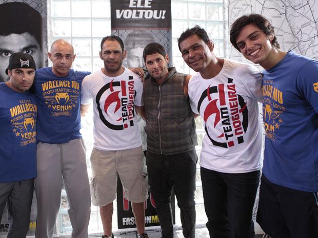 Rodrigo Simas, Dudu Azevedo e Ed Oliveira tiram foto em intervalo das gravações (Foto: Fina EStampa / TV Globo)