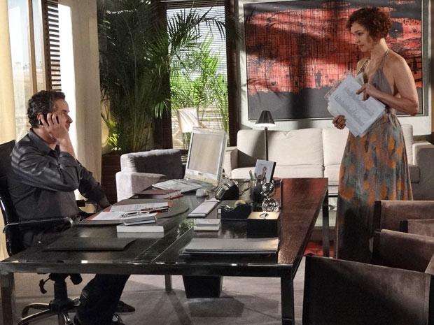 Paulo não deixa Danielle falar com Esther ao telefone (Foto: Fina Estampa/TV Globo)