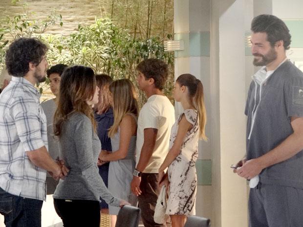 Lúcio devolve paz para o coração de Ana e Rodrigo; Júlia e Manu estão salvas (Foto: A Vida da Gente / TV Globo)