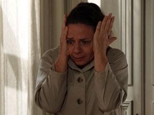 Teresa leva um susto ao ver a patroa caída no chão (Foto: Amor Eterno Amor/TV Globo)