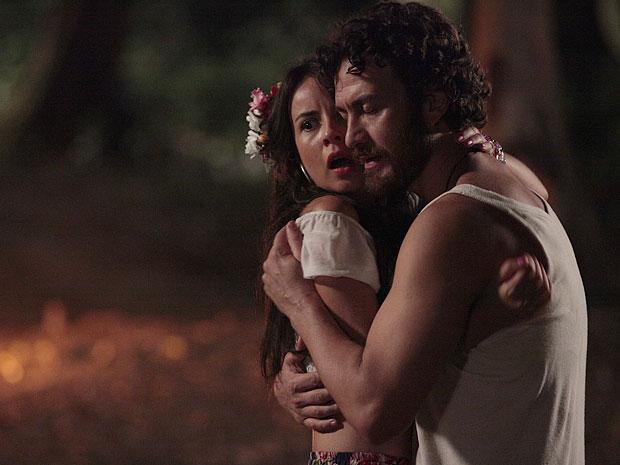 Valéria se joga em cima de Carlos após ser salva do ataque da onça (Foto: Amor Eterno Amor/TV Globo)