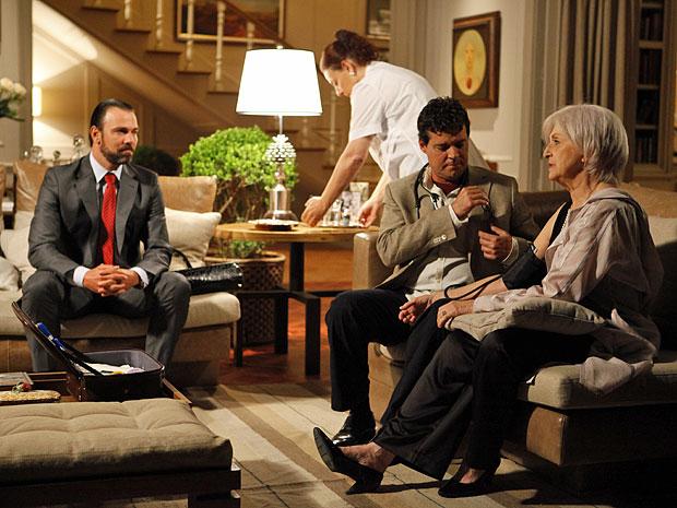 Verbena é examinada por Gabriel após voltar da entrevista (Foto: Amor Eterno Amor/TV Globo)