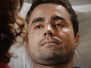 Vicente chora ao se dizer inválido (Foto: Aquele Beijo/TV Globo)