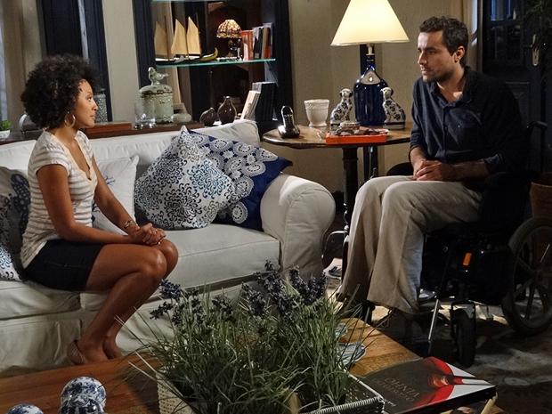Sarita conta para Vicente que liminar que protegia o Covil foi derrubada (Foto: Aquele Beijo/TV Globo)