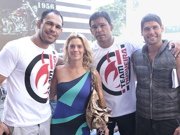 Carolina Dieckmann e Dudu Azevedo tietam os lutadores (Foto: Fina Estampa/TV Globo)