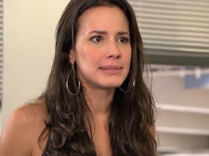 A moça fica morrendo de raiva após ouvir os desaforos do empresário (Foto: Fina Estampa/TV Globo)