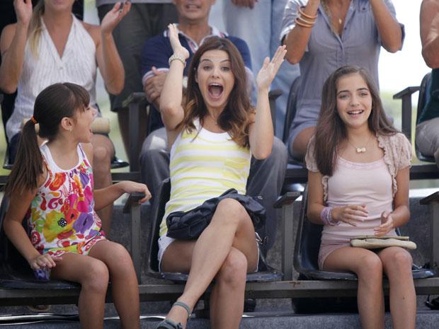 Alice acompanha mais uma vitória de Sofia ao lado de Bárbara e Olívia (Foto: A Vida da Gente / TV Globo)