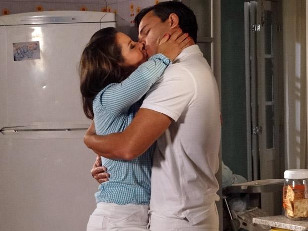 Camila e Ricardo se beijam (Foto: Aquele Beijo/TV Globo)
