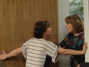 Celina impede a médica de entrar (Foto: Fina Estampa / TV Globo)