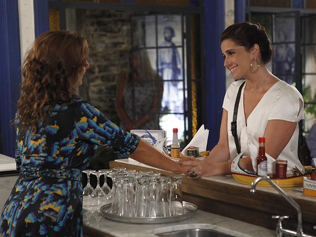 Claudia entrega contato de médico especialista para ajudar Vicente (Foto: Aquele Beijo/TV Globo)