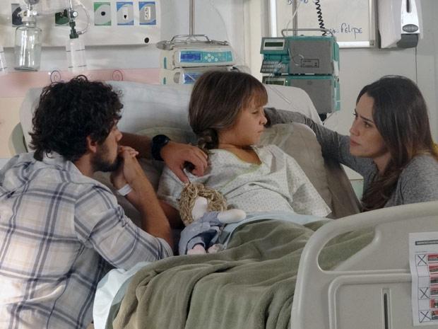 Rodrigo e Ana explicam a Júlia o que vai acontecer (Foto: A Vida da Gente / TV Globo)