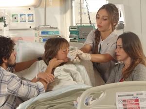 Enfermeira dá a anestesia para Júlia (Foto: A Vida da Gente / TV Globo)
