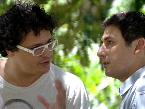 Fabiano tenta convencer Bertoni a deixar Gabriel participar da série  (Foto: Malhação / TV Globo)