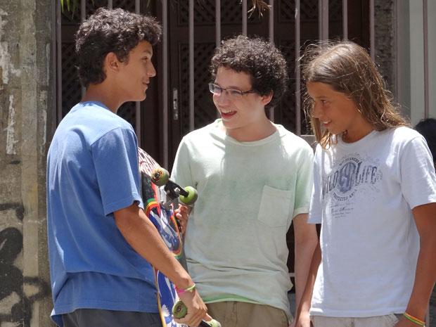 Francisco encontra a alegria de viver ao lado de amigos da sua idade (Foto: A Vida da Gente / TV Globo)