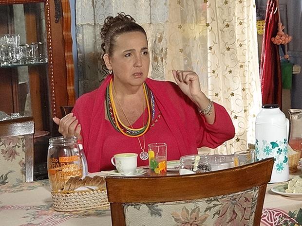 Iara promete que vai cumprir a promessa da mãe (Foto: Aquele Beijo/TV Globo)